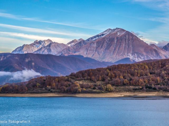 Il Monte Corvo e il lago di Campotosto (AQ) - Autunno
