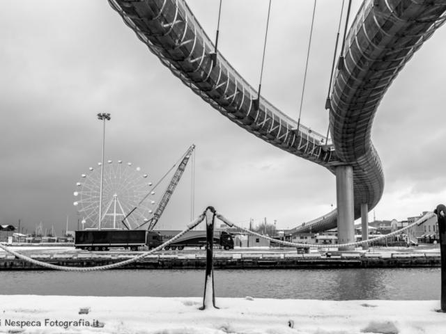 Pescara: Ponte del Mare  e ruota panoramica durante una nevicata