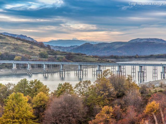 Ponte sul lago di Campotosto (AQ) - Autunno
