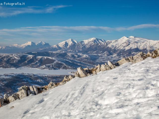 Dal Monte San Franco verso i Monti della Laga - Lago di Campotosto ghiacciato