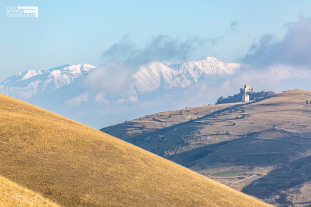 Rocca Calascio si staglia sulla Majella e il Monte Amaro - Santo Stefano di Sessanio (AQ) - Parco Nazionale del Gran Sasso