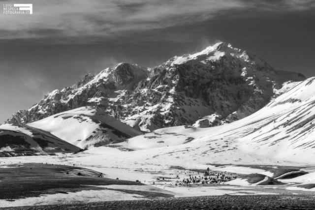 10 - Il Monte Prena al Gran Sasso e gli sbuffi di neve - Campo Imperatore