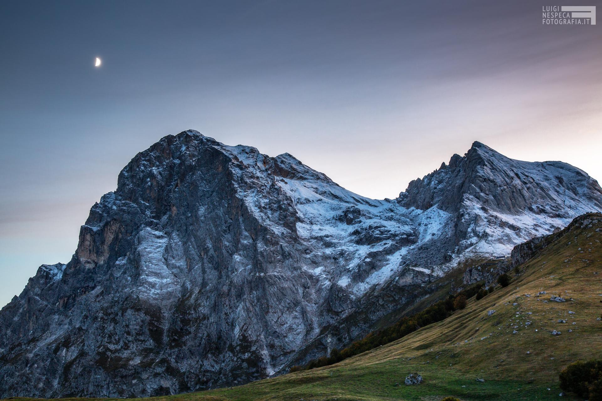 La luna e la prima neve sul Gran Sasso