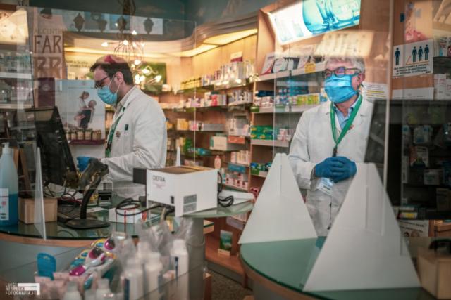 Francavilla al Mare - il sorriso del farmacista passa attraverso il plexiglass e la mascherina