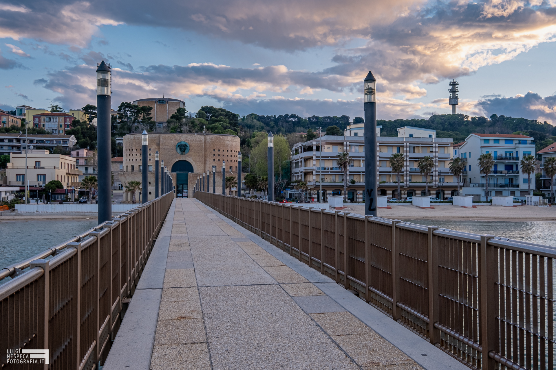 Francavilla al Mare - il pontile e il Palazzo Sirena